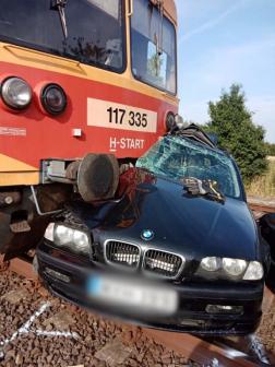 Vonat és autó ütközött Jászkisérnél
