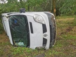 Felborult egy kisteherautó Tiszafürednél