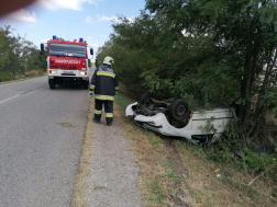 Felborult egy autó Tiszaföldvárnál