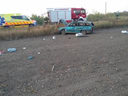 Szántóföldre csapódott egy autó Tiszaburánál